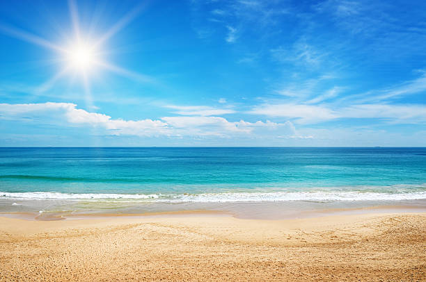 paisaje marino y sol en el cielo azul - playa fotografías e imágenes de stock