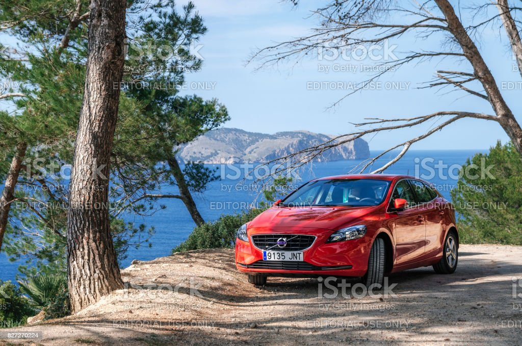 Marinmålning av Medelhavet med röd bil Volvo, Mallorca, Spanien - Royaltyfri Avkopplingsaktivitet Bildbanksbilder