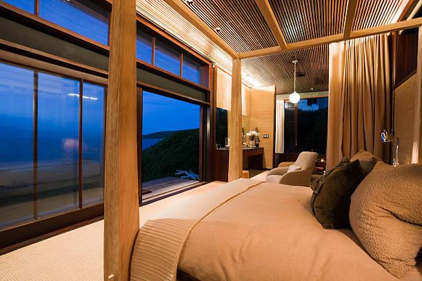 seascape aus der luxus-schlafzimmer cottage am meer - cottage schlafzimmer stock-fotos und bilder
