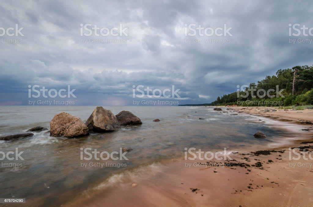 海景。烏雲籠罩的石灘。 免版稅 stock photo