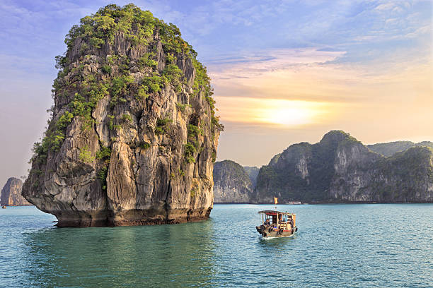 seascape sunset at Halong Bay Dreamy sunset among the rocks of Halong Bay, Vietnam hanoi stock pictures, royalty-free photos & images
