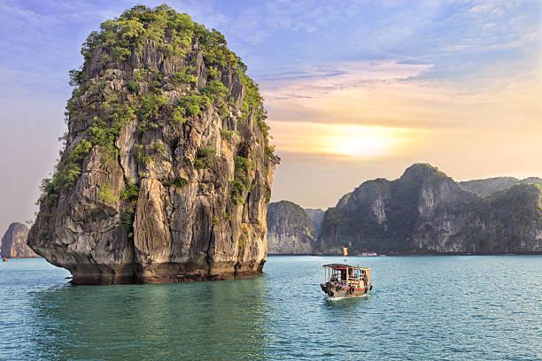 바다 경치를 해질녘까지 at 하롱 베이에서의 - 베트남 뉴스 사진 이미지