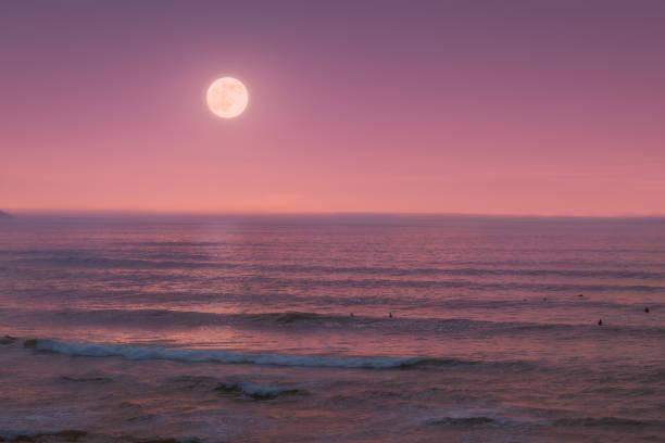 paisaje marino con luna llena en el mar en el crepúsculo - foto de stock