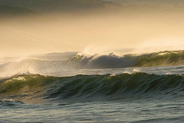 meer mit wellen - roll tide stock-fotos und bilder