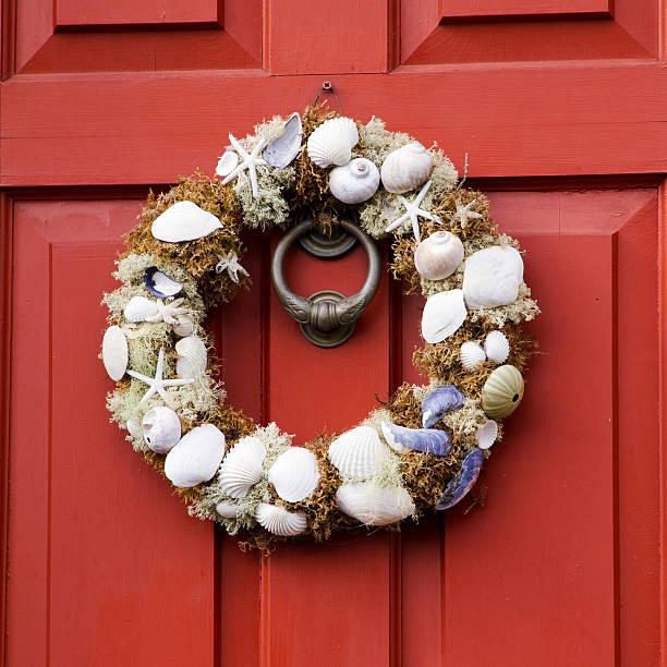 seashell kranz - deko hauseingang weihnachten stock-fotos und bilder