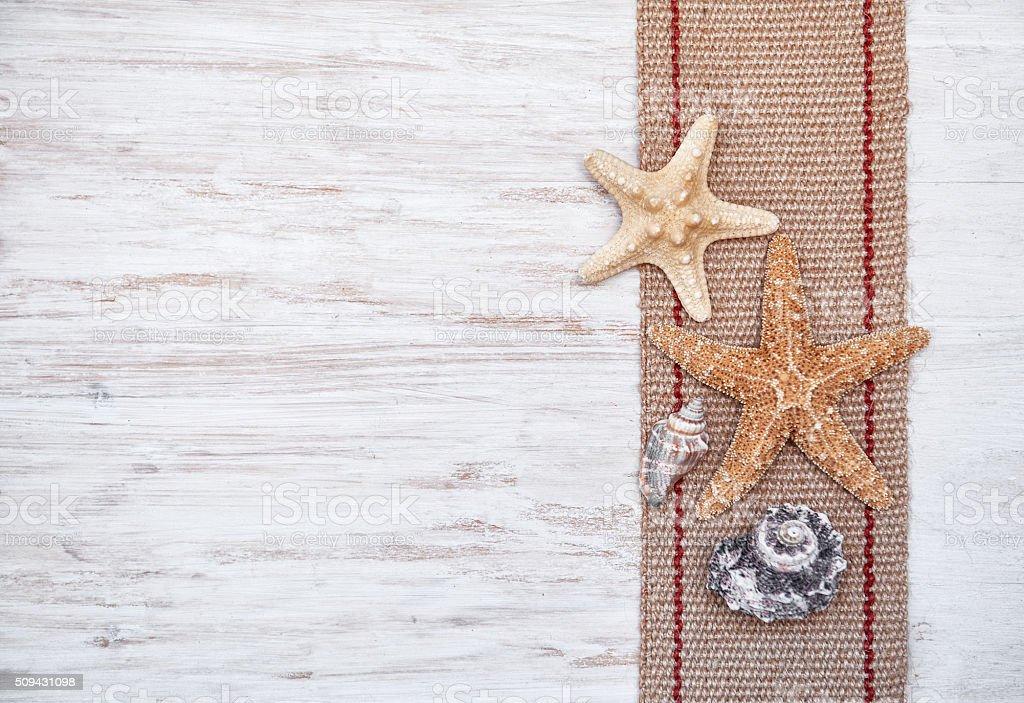 Conchas e saco de carvão na velho Branco de madeira - foto de acervo