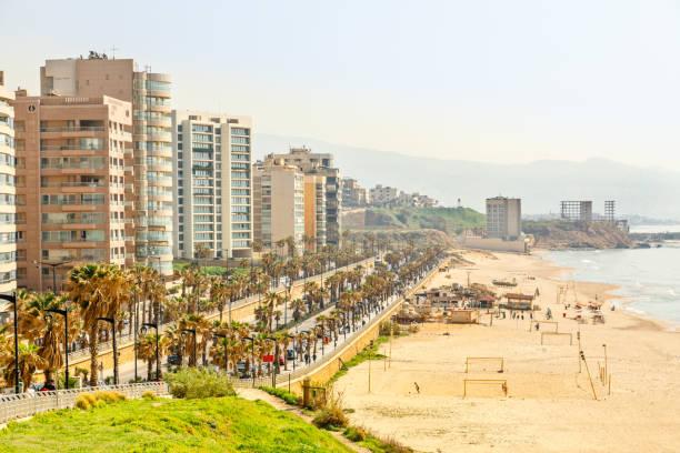 Strandpromenade mit modernem Gebäude, Straße, Sandstrand und Meer, Beirut, Libanon – Foto