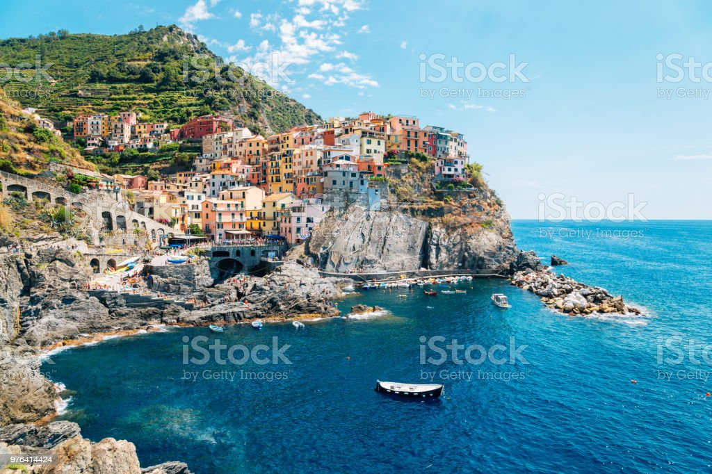 Seaside village Manarola, Colorful buildings and beach in Cinque Terre, Italy - foto stock