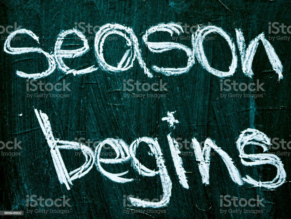 seizoen begint tekst op blackboard geïsoleerd - Royalty-free Bedrijfsleven Stockfoto