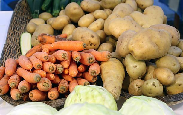 gemüse der saison nur farmer's garden-kollektion - hofladen stock-fotos und bilder