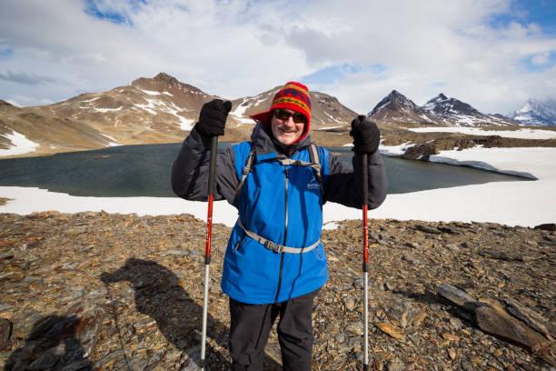 Un excursionista experimentado está parado antes el lago Ernest que Shackleton habría cruzado antes de descender en Stromness - foto de stock