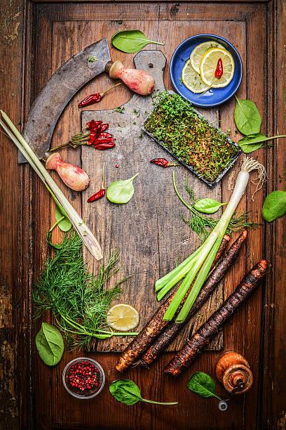 gewürze und gewürze für gesundes kochen in rustikalen schneidebrett - schwarzwurzeln kochen stock-fotos und bilder