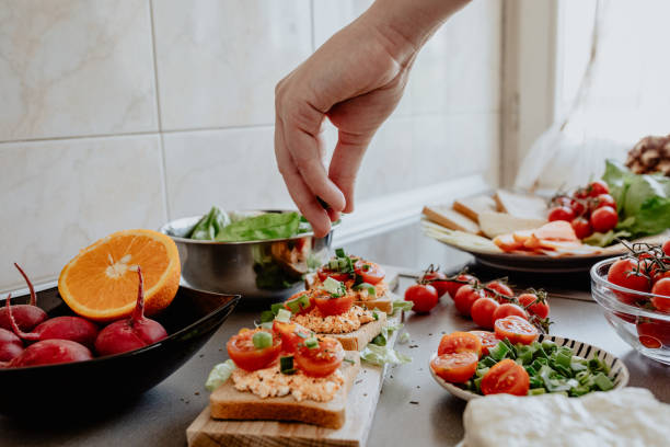 在廚房裡調味美味的布魯切塔 - 即食口糧 個照片及圖片檔