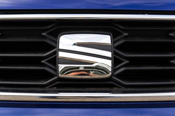 Platz für Firmenlogo auf blaues Auto Seat Leon FR – Foto