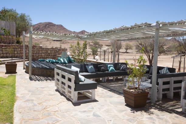 Sitzbereich am Pool einer Lodge in Namibia – Foto