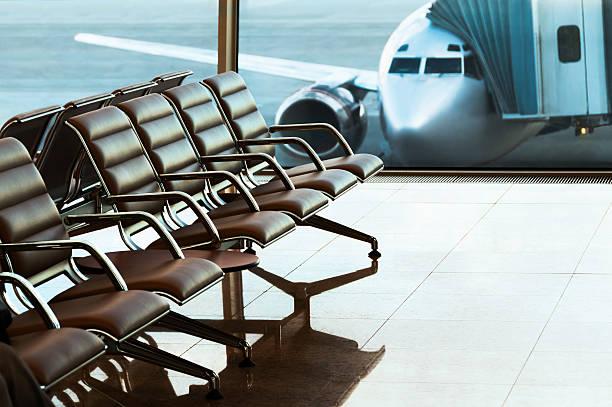Sitzplätze, Blick vom Flughafen hall.  Boarding. – Foto