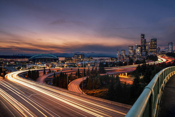 Seattle City Lights capturing the movement of cars through the city of seattle at night long exposure stock pictures, royalty-free photos & images