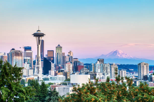 Seattle Cityscape with Mt. Rainier in the Background at Sunset, Washington, USA Seattle Cityscape with Mt. Rainier in the Background at Sunset, Washington, USA washington state stock pictures, royalty-free photos & images