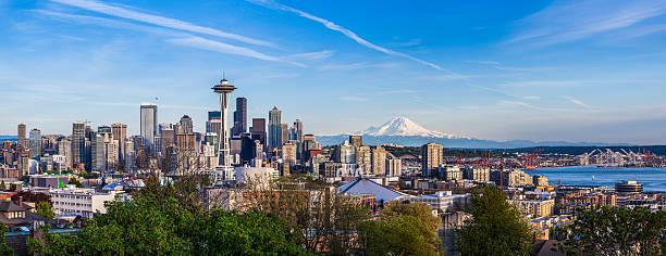 Do centro da cidade de Seattle, Washington e Mt. Rainier - foto de acervo