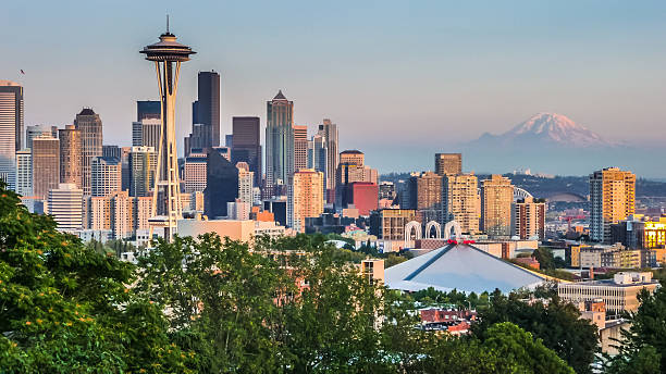 Seattle skyline panorama at sunset from Kerry Park, Seattle, USA Seattle skyline panorama seen from Kerry Park at sunset in golden evening light with Mount Rainier in the background, Washington State, United States of America puget sound stock pictures, royalty-free photos & images