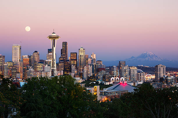 Seattle skyline Seattle skyline at dusk with the mount Rainier in the background. mt rainier stock pictures, royalty-free photos & images