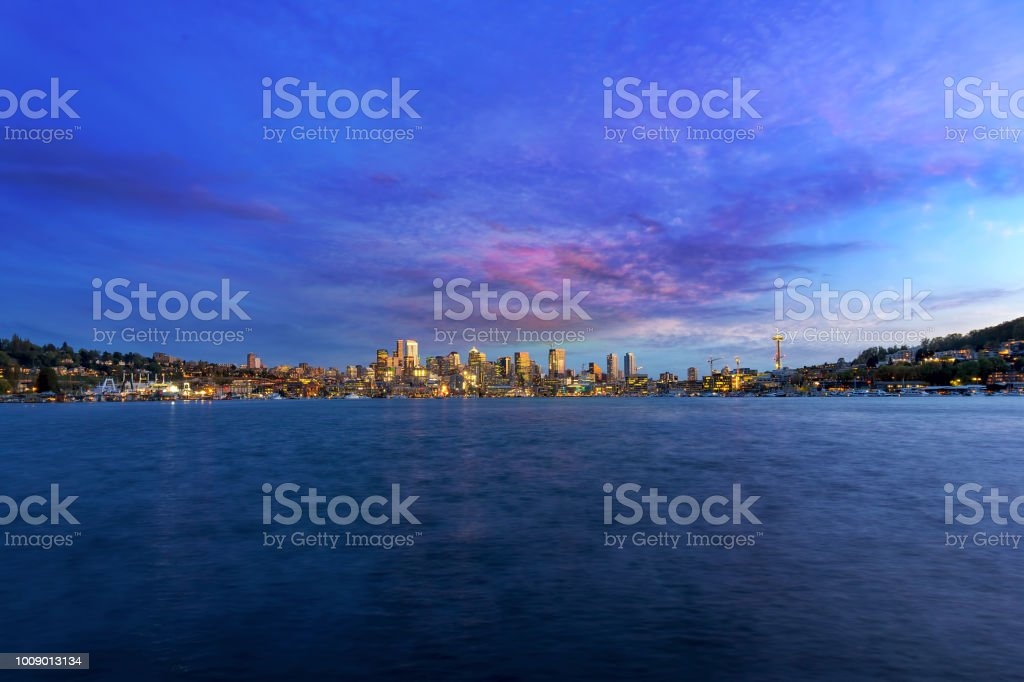 Skyline von Seattle WA entlang Lake Union während des Sonnenuntergangs – Foto