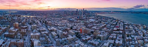 skyline de seattle washington colorido céu vista aérea panorâmica manhã de inverno nevado amanhecer amanhecer - sol nascente horizonte drone cidade - fotografias e filmes do acervo