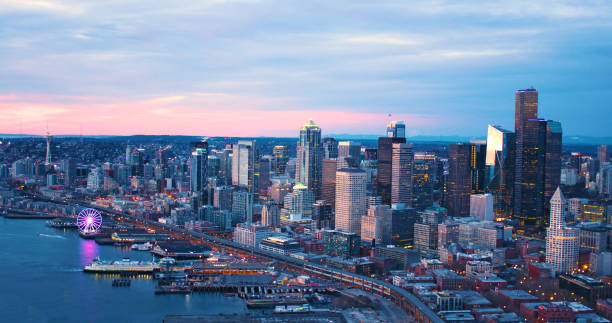 seattle washington usa downtown waterfront aerial panoramic shot pink skies sunset - seattle стоковые фото и изображения