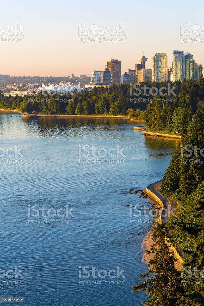 Ufermauer entlang Stanley Park bei Sonnenaufgang – Foto