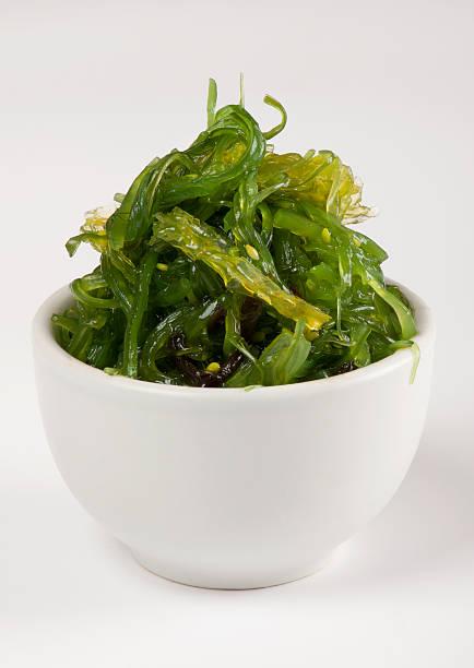 las ensaladas de algas - algas fondo blanco fotografías e imágenes de stock