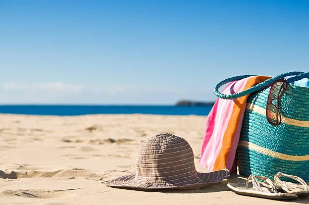 abgeschiedener strand mit weißem sand, ein handtuch und mütze - salzwasser sandalen stock-fotos und bilder
