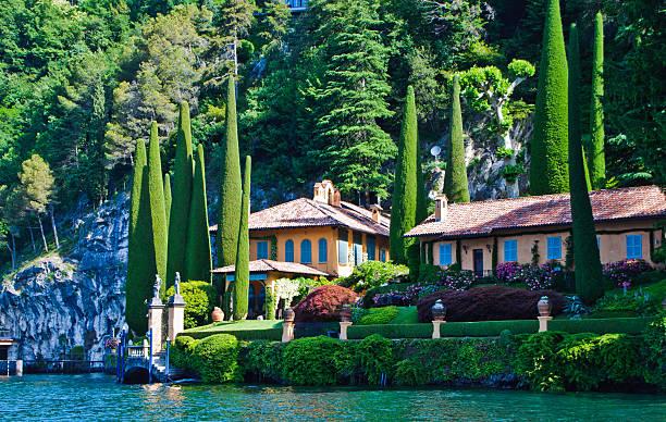 secluded lake como villa - como italië stockfoto's en -beelden