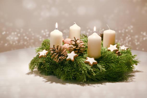 andra advent - dekorerad advent krans från fir och evergreen grenar med vita brinnande ljus, tradition i tiden före jul, varma bakgrund med festliga bokeh och kopiera utrymme - advent bildbanksfoton och bilder