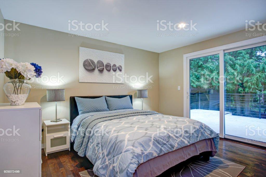 Zweite Etage Schlafzimmer Mit Bett Taupe Wande Blau Stockfoto Und Mehr Bilder Von Architektur Istock