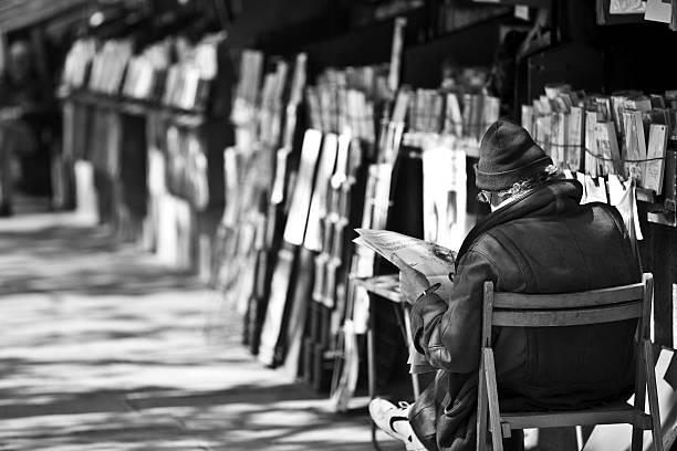 sekundenzeiger bookseller le bouquinistes und seine, paris, frankreich stand - gebrauchte bücher verkaufen stock-fotos und bilder