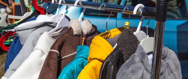 Kinder aus zweiter hand Kleidung auf Rack auf Outdoor-Flohmarkt – Foto