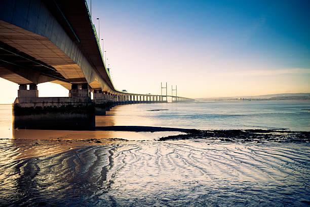 segunda ponte severn de passagem à noite - estuário imagens e fotografias de stock