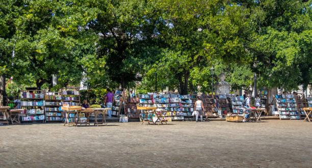 gebrauchtes buch stände auf dem flohmarkt auf der plaza de armas - havanna, kuba - gebrauchte bücher verkaufen stock-fotos und bilder