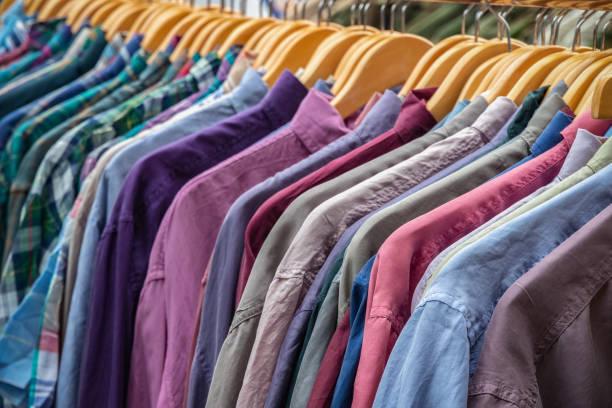 Camisas de segunda mano en exhibición en el mercado de Broadway, un mercadillo en Londres del este - foto de stock
