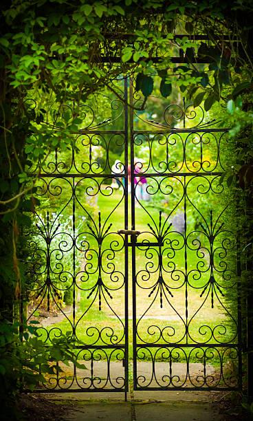 secret garden und bügeleisen gate - der geheime garten stock-fotos und bilder