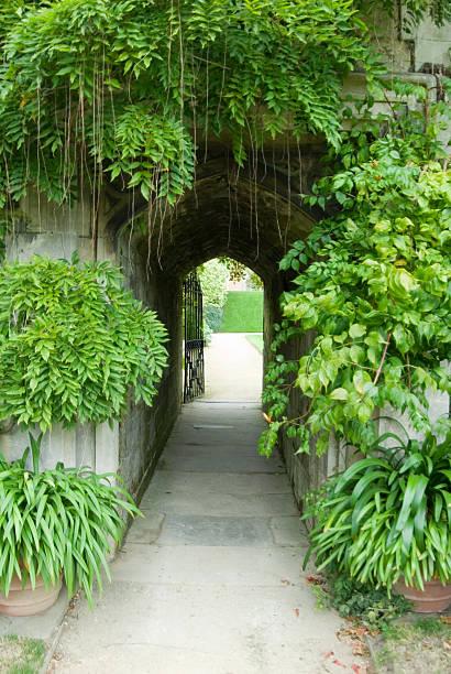 secret garden – eingang - der geheime garten stock-fotos und bilder