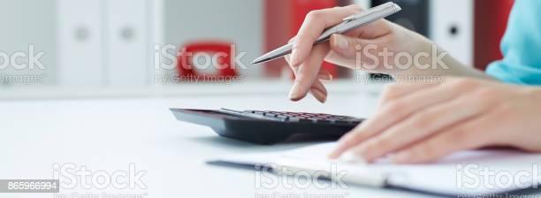 Sekretärmädchen Hält Auf Dem Rechner Im Büro Bank Und Auditkonzept Stockfoto und mehr Bilder von Analysieren