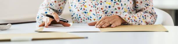 Sekretärin signiert Papiere in einem Ordner – Foto