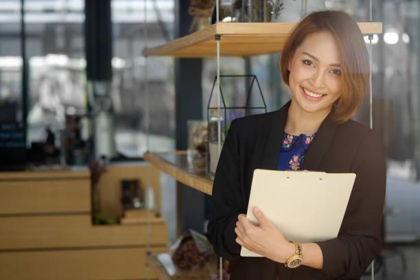 sekretärin frau hält eine dokument-datei und lächeln im gesicht. - rechtsassistent stock-fotos und bilder