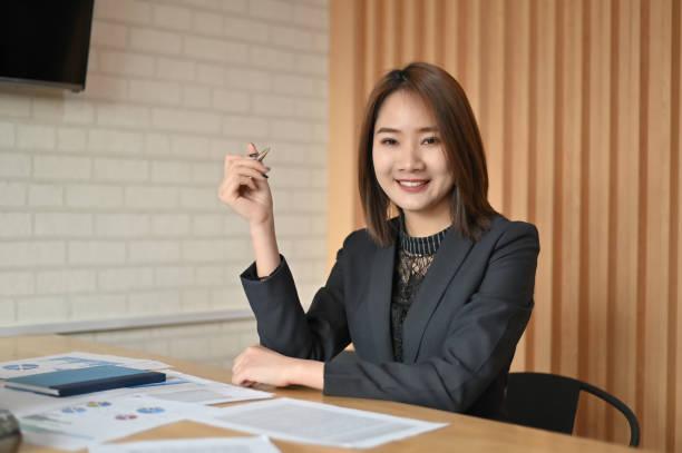 sekretärinnen, die im büro des unternehmens arbeiten. - rechtsassistent stock-fotos und bilder