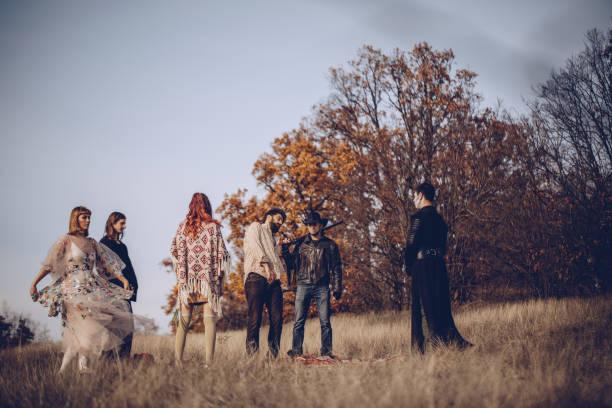 sekte zeremonie in der natur - hippie kostüm damen stock-fotos und bilder