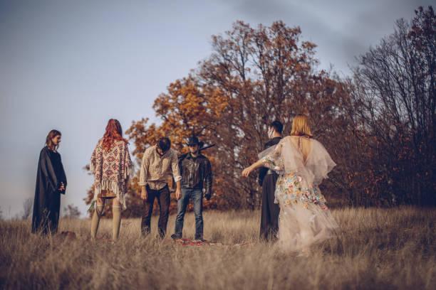 sekte-zeremonie - hippie kostüm damen stock-fotos und bilder