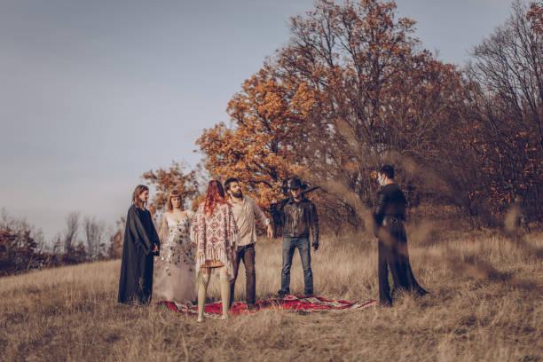 sekte-menschen in der natur - hippie kostüm damen stock-fotos und bilder