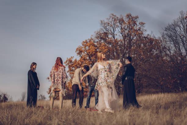sekte menschen auf dem feld - hippie kostüm damen stock-fotos und bilder