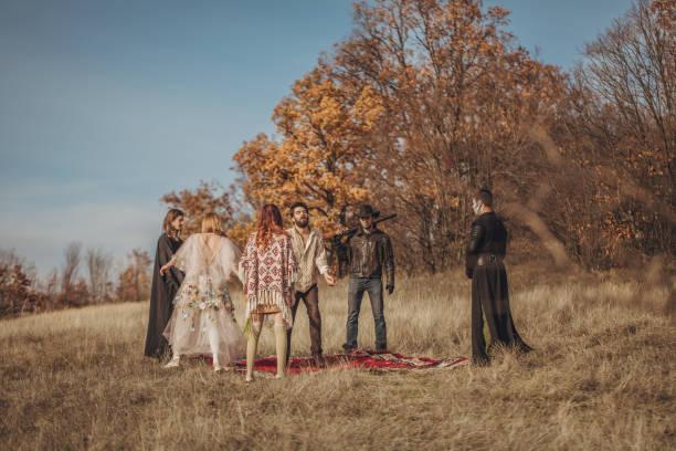 sekten-menschen-ritual - hippie kostüm damen stock-fotos und bilder